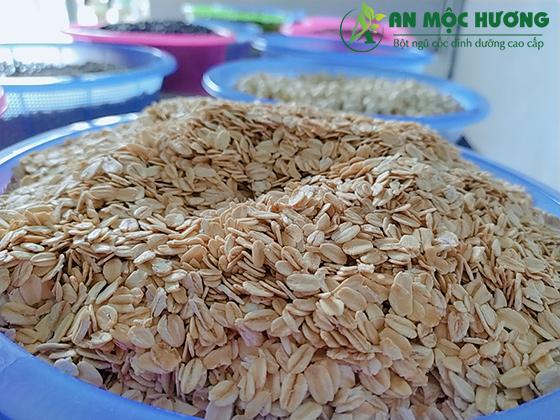 yến mạch cán mỏng, nguyên liệu được em sử dụng làm bột ngũ cốc granola
